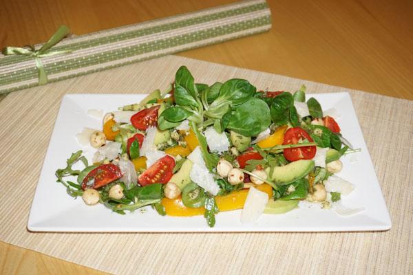 Avocado - Parmesan - Haselnuss Salat