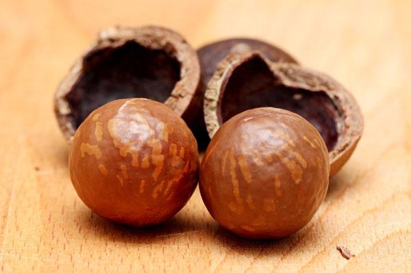 Geknackte Macadamia Nüsse.